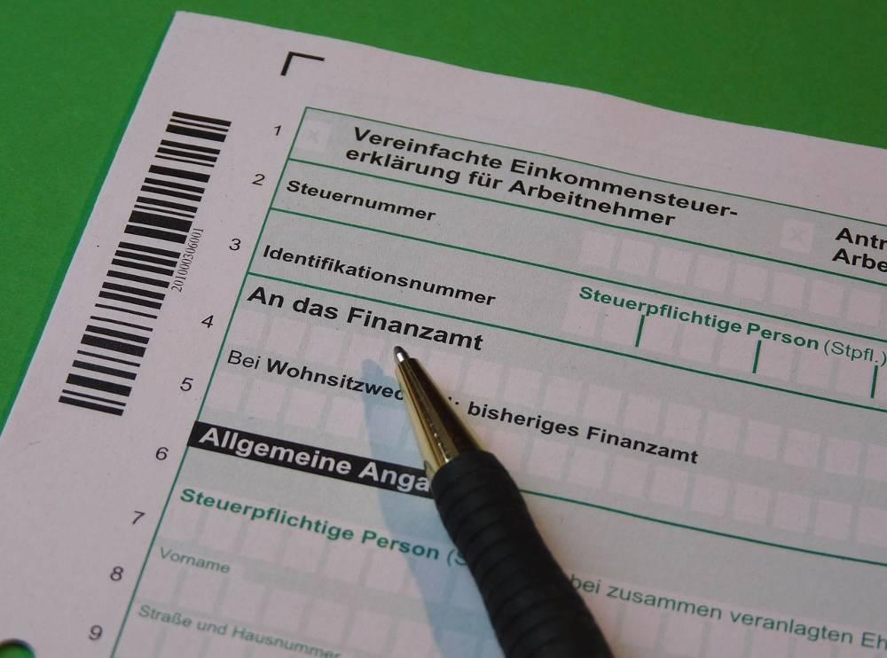 Foto mit Steuerklärung als Synonym zur Frage Beratungsstellenleiter werden oder Lohnsteuerhilfeverein gründen