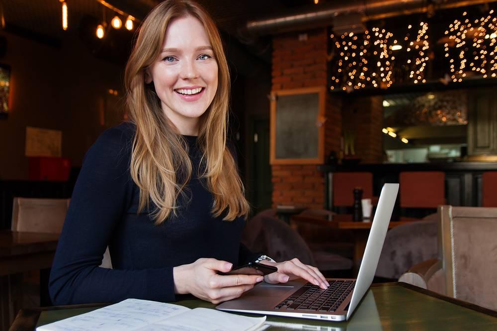Bild mit junger Frau beim nebenberuflich selbstständig mit Einkommensteuerberatung im Lohnsteuerhilfeverein