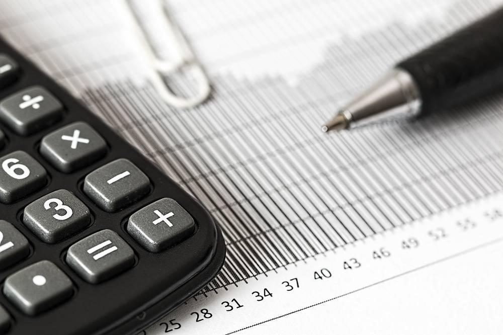 Bild vom Taschenrechner und Kugelschreiber als früheres Hilfsmittel im Lohnsteuerhilfeverein